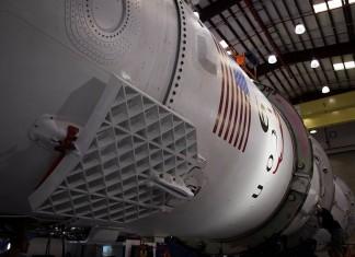 Falcon 9, pregătită de lansare în hangarul SpaceX